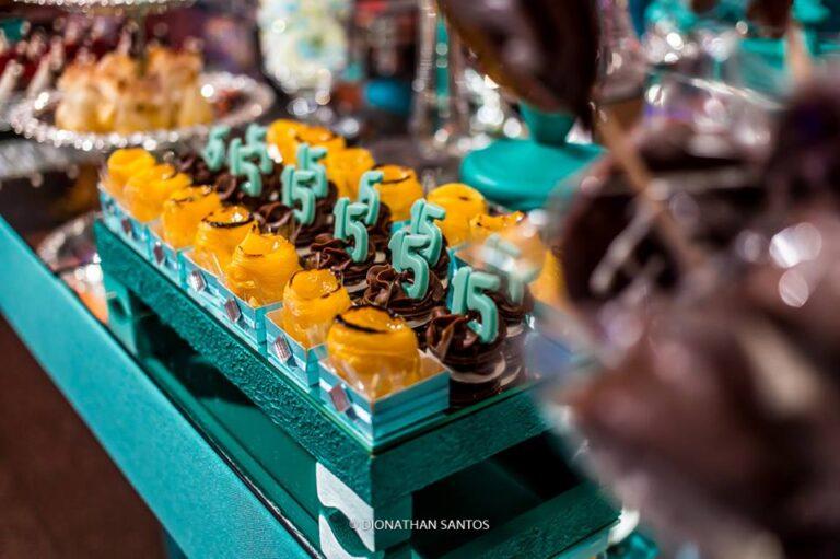 doces-de-15-anos-em-prato-azul-tiffany-festa-organizada-adriane-hummes-eventos
