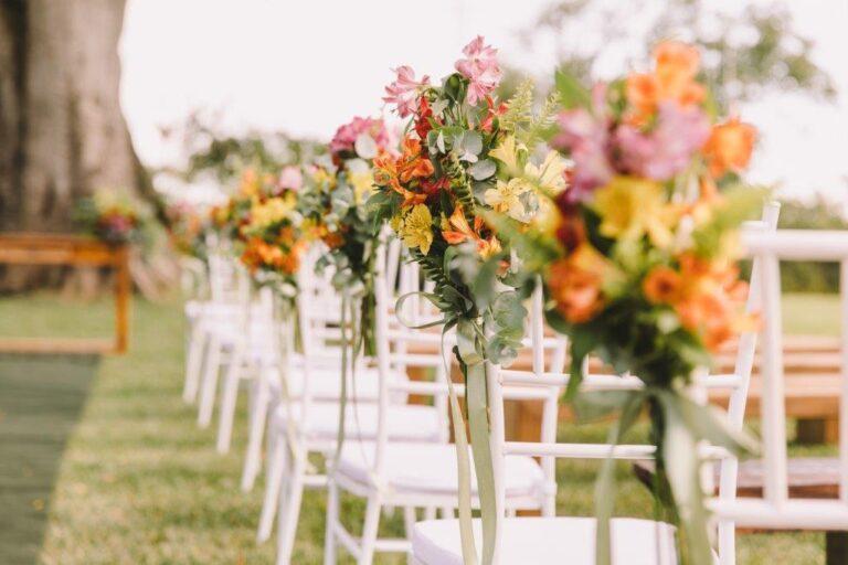 cadeiras-brancas- com-flores-coloridas-cerimonia-de-casamento-ao-ar-livre