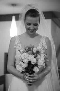 noiva-cristine-com-vestido-veu- e-buquet-de-flores